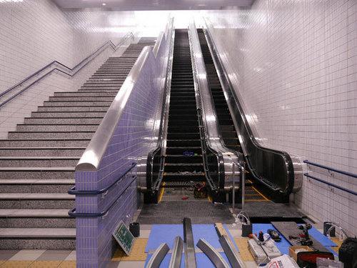 7_改札階からバスプール口へのエスカレータと階段階段とエスカレータ[1].jpg